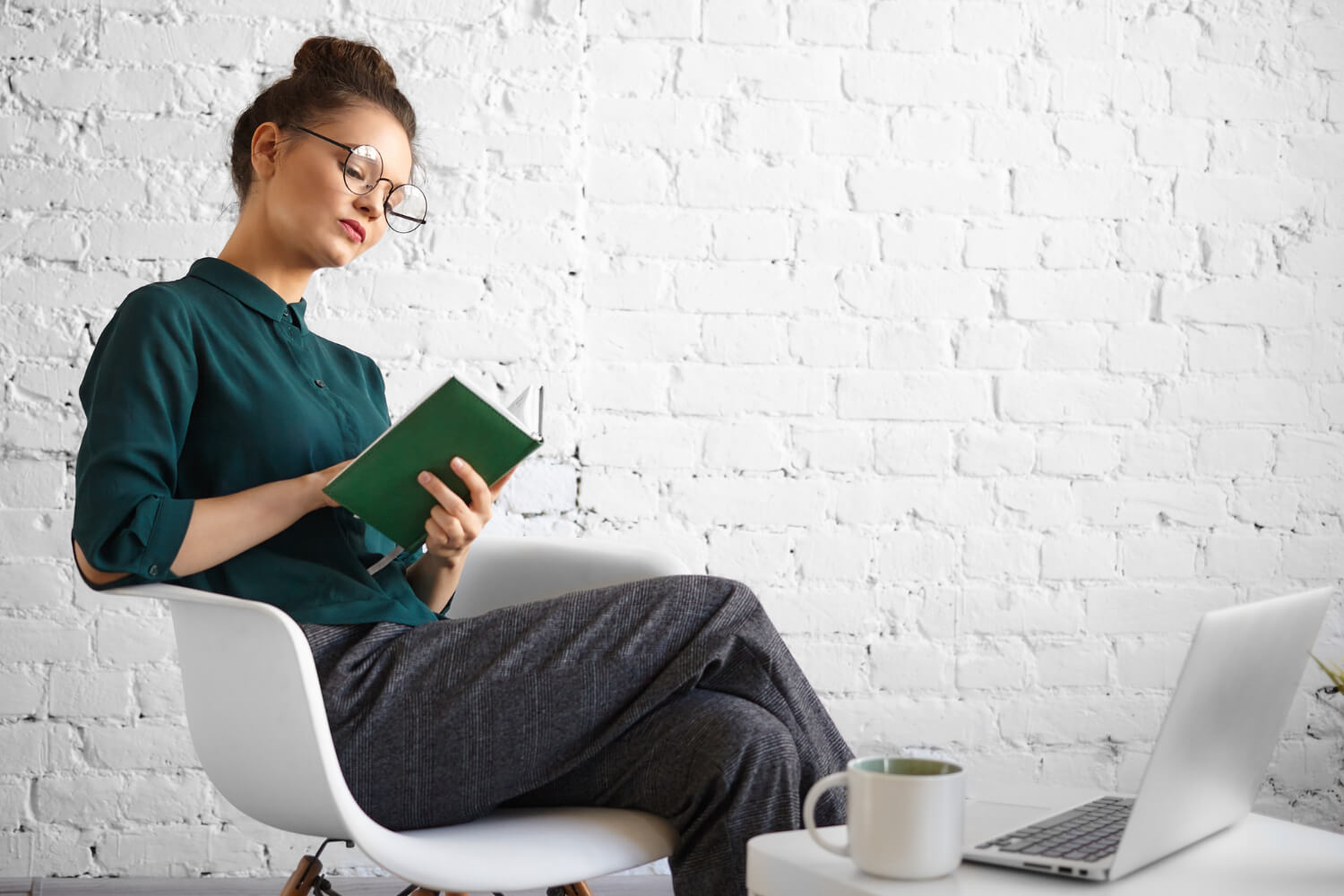 people-job-technology-modern-lifestyle-concept-portrait-concentrated-serious-businesswoman-stylish-eyewear-working-remotely-cafe-writing-diary-sitting-with-laptop-cup